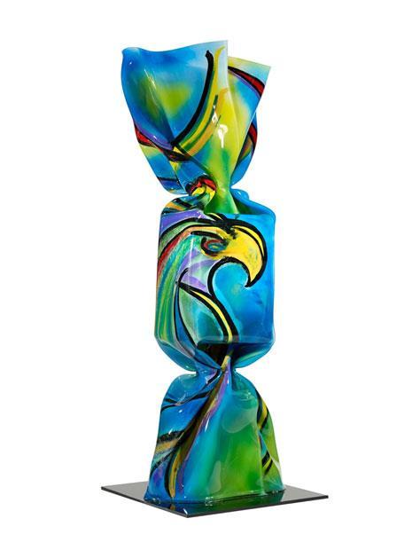 Wrapping Bonbon l'Aigle Sculpture Plexiglas peint 200 cm sur socle noir en plexiglas 2013 - Pièce unique © ADAGP Laurence JENKELL
