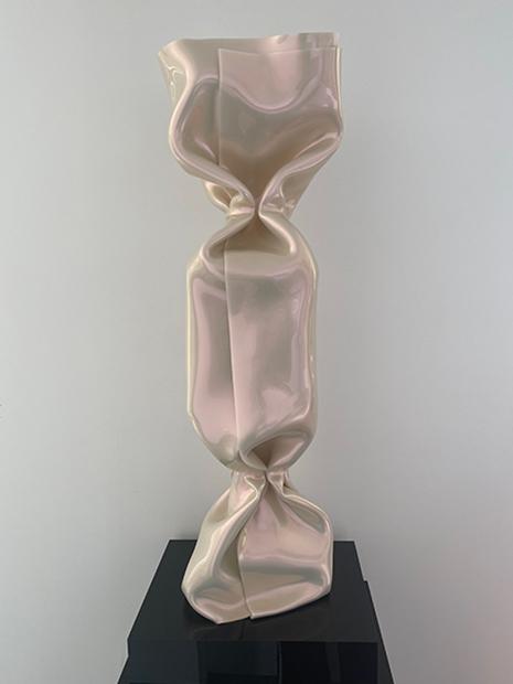 « WRAPPING BONBON BLANC NACRE » Sculpture Plexiglas 80 cm sur socle 8 x 28 x 35 cm Pièce Unique JENK ©ADAGP, Paris 2020