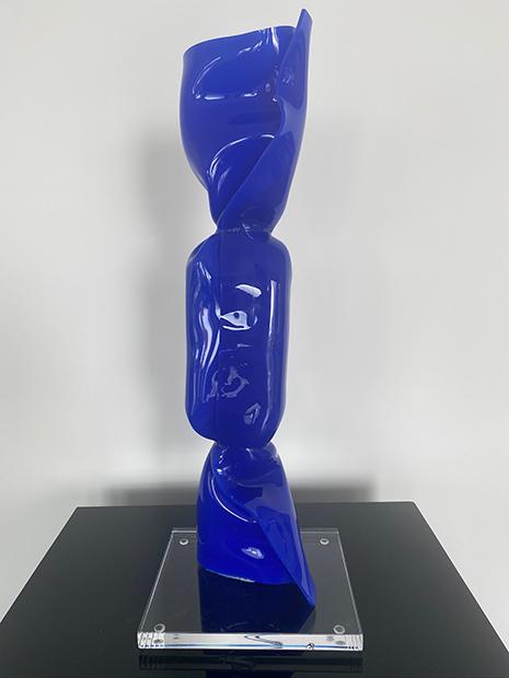 « WRAPPING BONBON BLEU FONCE » Sculpture Plexiglas 40 cm sur socle 15 x 17 x 1,5 cm Pièce Unique JENK ©ADAGP, Paris 2020
