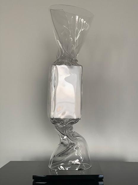 « WRAPPING BONBON TRANSPARENT BLOC BLANC » Sculpture Plexiglas 40 cm sur socle 15 x 17 x 1,5 cm Pièce unique JENK ©ADAGP, Paris 2020